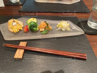 木製のテーブルの上に座っている食べ物の束の写真・画像素材[3721247]