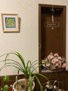 テーブルの上に花の花瓶の写真・画像素材[3901662]
