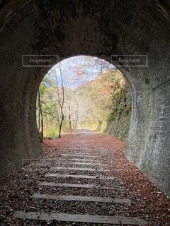 トンネルがある石造りの建物の眺めの写真・画像素材[4010035]