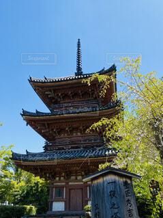 背景に大きな時計塔の写真・画像素材[4411526]