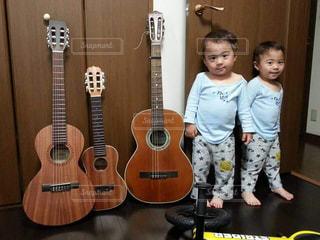 ギターと双子の写真・画像素材[1376929]