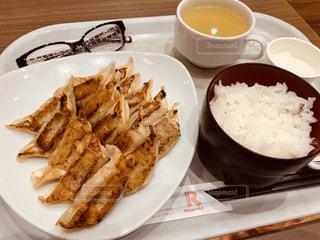 テーブルの上に食べ物のプレートの写真・画像素材[1523571]