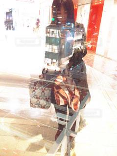 女性,30代,ファッション,夜景,ビル,コート,車,スマホ,黒髪,スカート,都会,スマートフォン,新宿,模様,携帯,ショッピング,待ち合わせ,柄,冬服,ロングブーツ