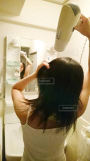 女性,ロングヘア,後ろ姿,鏡,黒髪,背中,スタイリング,うしろ姿,洗面台,ドライヤー,長髪,ヘアケア,乾かす,洗髪