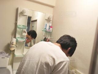 男性,後ろ姿,黒髪,背中,横顔,うしろ姿,洗顔,歯磨き,洗面台,うがい
