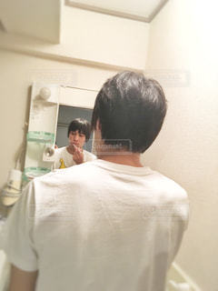 男性,後ろ姿,鏡,黒髪,背中,うしろ姿,歯磨き,洗面台