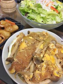 テーブルの上に食べ物のプレートの写真・画像素材[799229]