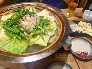 テーブルの上に食べ物のボウル - No.799274