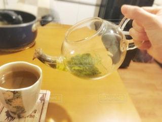 キッチン,屋内,部屋,手,テーブル,人,くつろぐ,ティータイム,カップ,ダイニング,緑茶,和柄,ポット,飲む,注ぐ,煎茶,淹れる