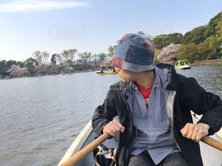 ボートを漕ぐ人の写真・画像素材[1239512]