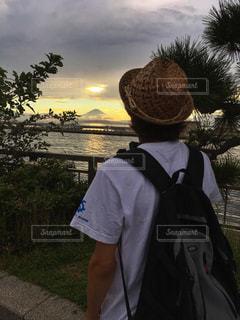 男性,自然,風景,海,空,夏,夕日,富士山,屋外,後ろ姿,夕暮れ,背中,麦わら帽子,江ノ島,江の島