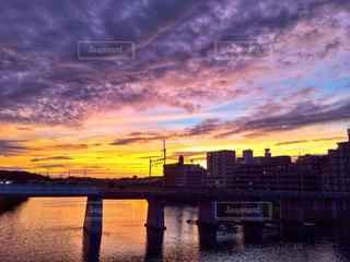 自然,風景,空,夕日,橋,屋外,ピンク,雲,電車,夕暮れ,紫,川,線路,影,鮮やか,オレンジ,リフレクション,川沿い,グラデーション,日中