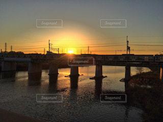 自然,風景,空,夕日,橋,屋外,電車,夕暮れ,線路,影,オレンジ,光,リフレクション,川沿い,日中