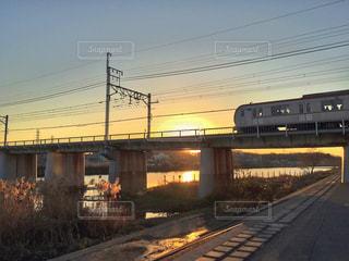 自然,風景,空,夕日,橋,屋外,電車,夕暮れ,川,線路,影,オレンジ,光,列車,鉄道,川沿い,日中