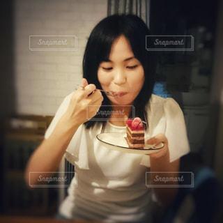 ケーキを持った女性の写真・画像素材[1683741]