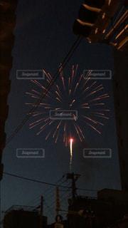 住宅街から見る打ち上げ花火の写真・画像素材[1425364]
