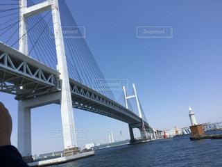 水の体の上の橋の写真・画像素材[1353554]