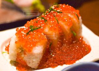 食べ物,食事,魚,屋内,皿,料理,和食,寿司,調理,鮭,サーモン,メインディッシュ,巻物,いくら,シャケ