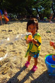 砂の中に立っている小さな女の子の写真・画像素材[1406437]