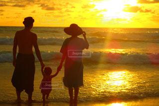 浜辺を歩いている人々 のカップルの写真・画像素材[1427623]