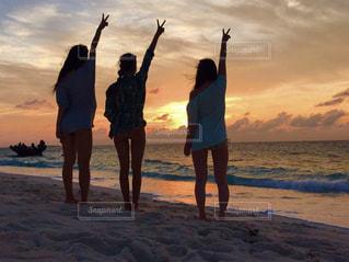 女性,海,夕日,太陽,ビーチ,影,旅行,未来,友情,友達,夢,離島,ポジティブ,可能性,与論