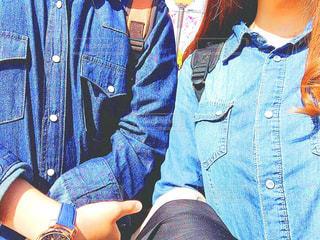 青いシャツを着ている人の写真・画像素材[1354047]