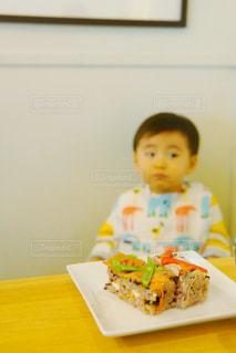 秋,食卓,子供,美味しい,男の子,エプロン,押し寿司,食いしん坊,食欲の秋,腹ぺこ