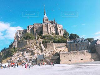 ビルを背景に、モン ・ サン = ミシェルと大きな石の写真・画像素材[1359589]