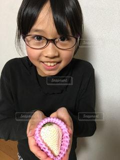 メガネをかけて、カメラで笑顔の女性の写真・画像素材[1360617]