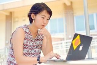 女性,20代,テラス,パソコン,ノートパソコン,PC,ビジネス,リモートワーク,ビジネスシーン