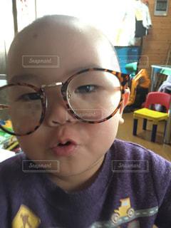近くに眼鏡子のアップの写真・画像素材[1361319]