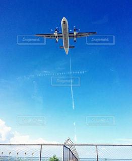 青い空を飛ぶ大型旅客機の写真・画像素材[1361808]