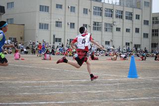 スポーツ,屋外,後ろ姿,男子,走る,人物,背中,人,後姿,小学生,男の子,運動会,成長,運動場,グラウンド,楽しみ,応援,筋肉,汗,ポイント,これから,シャッターチャンス,リレー,バトン,限界,駆け抜ける,全力疾走,全速力,体型,頑張って,まだまだ,次へ,走り抜ける,追い越せ,行ける,運動神経