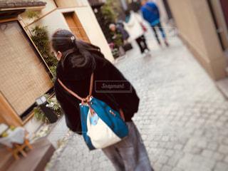 女性,風景,後ろ姿,バック,人物,背中,人,後姿,旅行,旅,坂,神楽坂,歩き,スポット,石畳み,旅情,かくれんぼ横丁