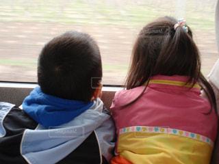乗り物,後ろ姿,窓,景色,仲良し,人物,背中,人,後姿,旅行,旅,二人,姉,眺め,窓の外,おつかい,二人旅,どこ行く,電車に揺られて,旅気分,大人しく