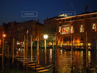 夜のライトアップされた街の写真・画像素材[1708712]