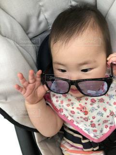 赤ん坊を持っている人の写真・画像素材[1364033]