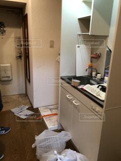 キッチンの中に座っている白い冷蔵庫冷凍庫の写真・画像素材[1859950]