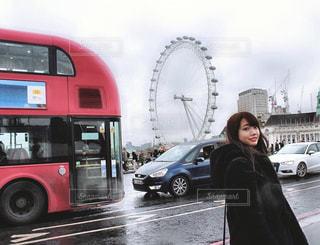 街の通りのダブルデッカーバスの写真・画像素材[2807342]
