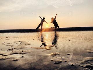 女性,友だち,2人,自然,空,屋外,湖,太陽,ビーチ,夕暮れ,水面,海岸,光,仲良し,人,旅行,夕陽,香川県,父母ヶ浜