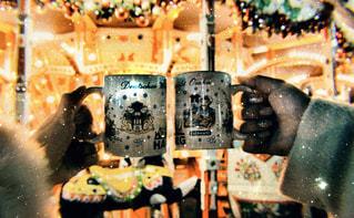 女性,友だち,2人,飲み物,冬,コート,手,イルミネーション,人物,キラキラ,メリーゴーランド,イベント,クリスマス,グラス,乾杯,ドリンク,パーティー,クリスマスマーケット,手元