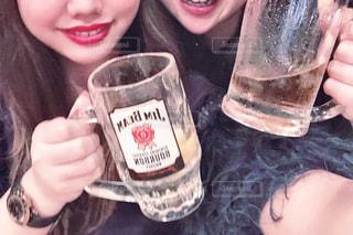 女性,友だち,2人,飲み物,お酒,ガラス,仲良し,人物,人,笑顔,イベント,グラス,乾杯,ポーズ,飲み会,ドリンク,パーティー,手元,ハイボール,飲む