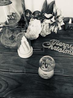 花,アンティーク,室内,バラ,小物,薔薇,テーブル,ランプ,クリスマス,モノトーン,木目,クリスマスツリー,夢,ポジティブ,スノードーム,置き画,目標,可能性
