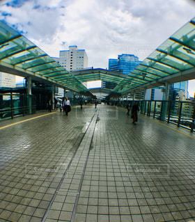 雨上がりの通路の写真・画像素材[1573724]