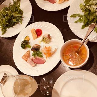 食事,ランチ,屋内,カラフル,室内,楽しい,フォーク,テーブル,スプーン,野菜,皿,スープ,ワイン,サラダ,幸せ,ディスプレイ,グリーン,シャンパン,前菜,夢,ポジティブ,オードブル,スパークリング,目標,ミネストローネ,可能性,至福