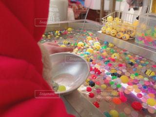 ケーキを持ってテーブルに座っている人々のグループの写真・画像素材[2388606]
