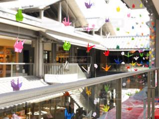 店内の人々のグループ カラフルな折り鶴の写真・画像素材[3199675]