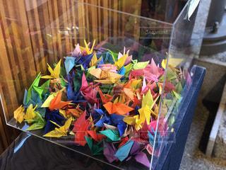 カラフルな折り鶴の写真・画像素材[3199681]