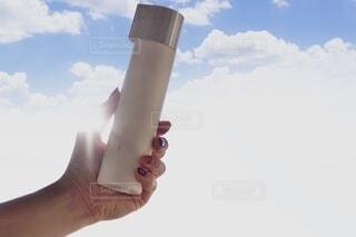 花,屋外,白,手,影,瓶,ボトル,朝,美容,ホワイト,コスメ,化粧品,自然光,化粧,洗顔,化粧水,商品撮り