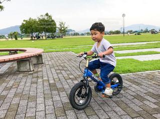 公園,自転車,スポーツ,晴れ,バイク,男,マウンテンバイク,運動,若者,練習,男の子,思い出,応援,お出かけ,3歳児,スポーツの秋,自転車練習,自転車乗れるよ,笠岡総合運動公園,笠岡太陽の広場
